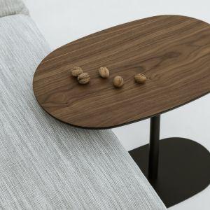 Asymetrycznie umiejscowiony blat pozwala nasunąć mebel na siedzisko, gdy towarzyszy on sofie. Dzięki temu Nato staje się idealnymi stolikami pomocniczymi. Cena: 1.799 zł. Fot. Nobonobosto