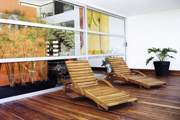 O drewniane meble tarasowe warto zadbać już dziś, by zima nie zwiększyła skali zniszczeń. Jak się do tego zabrać? Sprawdźcie. Przygotowaliśmy dla Was praktyczne rady i wskazówki.