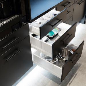 Dostęp do szafek lub szuflad z niebezpiecznymi przedmiotami (np. nożami czy środkami chemicznymi) ograniczy odpowiedni zamek, taki jak Whatlock. Fot. Hafele
