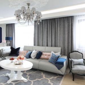Szary narożnik pięknie zdobią poduszki w różnych kolorach. Projekt: Edyta Niewińska. Fot. Bartosz Jarosz