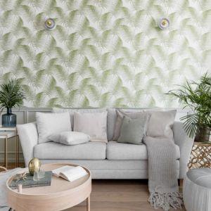 Poduszki mają ten sam kolor co kanapa, dzięki temu ściana za kanapą gra stanowi w tym salonie główny element dekoracyjny. Projekt: JT Grupa. Fot. ayukostudio.com