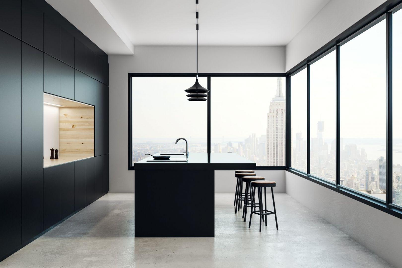 Efekt nieograniczonej przestrzeni w industrialnych wnętrzach budują nierzadko wysokie sufity i duże przeszklenia, które wypełniają pomieszczenia naturalnym światłem. Fot. Awilux