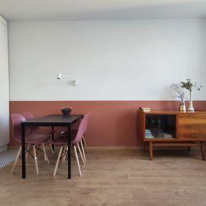 We wnętrzu znalazło się miejsce na pojemną szafę. Projekt: Agnieszka Musiał. Fot. Musiał Studio