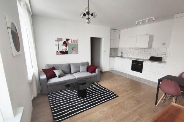 36-metrowe mieszkanie na wynajem niedawno przeszło generalny remont. Wnętrze urządzono nowocześnie, ale też prosto i neutralnie, dzięki czemu łatwo nadać przestrzeni bardziej osobistego charakteru.