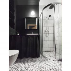 Dysponując ograniczonym budżetem projektantka zdecydowała się zastosować w łazience płytki tylko tam, gdzie było to konieczne. Projekt: Agnieszka Musiał. Fot. Musiał Studio