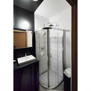 W łazience zastosowana nowoczesny odpływ liniowy Geberit CleanLine. Projekt: Agnieszka Musiał. Fot. Musiał Studio