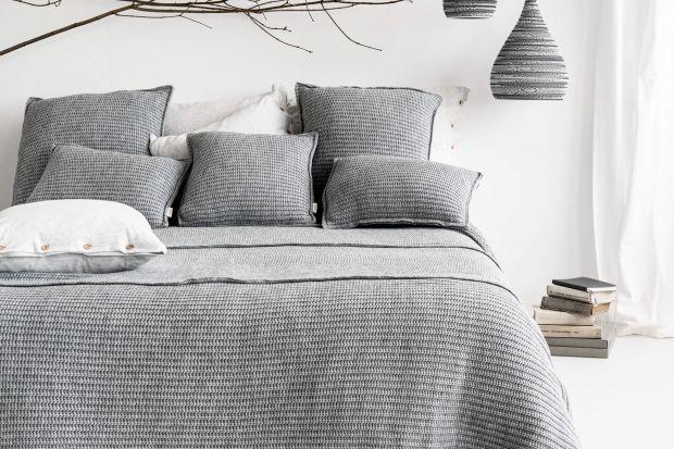 Szara sypialnia w 5 jesiennych odsłonach: piękne pomysły polskiej marki