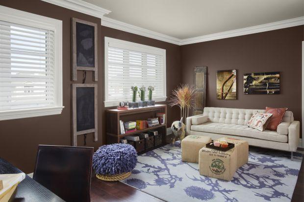 Ta farba do sufitu naniesiona na podłoże ma różowy odcień wskazując dokładny zasięg pomalowanej powierzchni, a podczas schnięcia zmienia kolor na biały.<br /><br />
