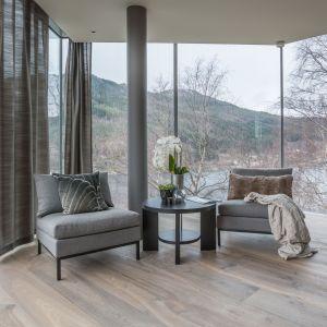 Drewniana podłoga doskonale sprawdzi się w salonie urządzonym zarówno w nowoczesnym, jak i klasycznym stylu. Fot. Chapel Parket