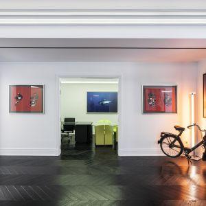 Dekoracyjne profile oraz deski podłogowe ułożone w węgierską jodełkę, które kontrastują z powierzchniami pionowymi, służą do usunięcia wszelkich oznak minimalizmu i pozwalają na nowo zinterpretować klasyczną estetykę. Studio projektowe: AK Praxis GP. Zdjęcia: Mariana Bisti