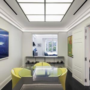 Dom wydaje się pełen cech o charakterze niemal muzealnym: ogromne przejścia między pomieszczeniami oraz szerokie, panoramiczne okna z białą stolarką. Studio projektowe: AK Praxis GP. Zdjęcia: Mariana Bisti