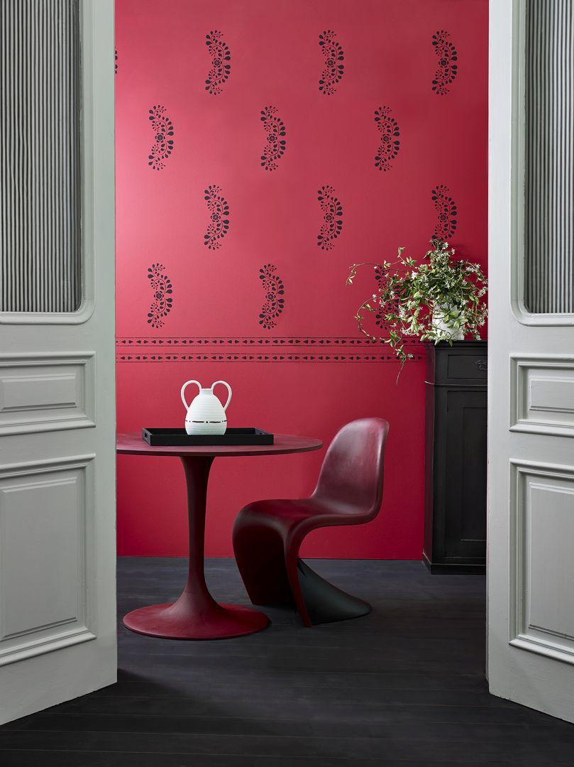 Dekoratorską fantazję pozwoli nam rozwinąć stworzona przez Annie paleta kolorów farb Chalk Paint™ składająca się z 42 wysmakowanych odcieni. Fot. Annie Sloan  - Faux Bone Inlay - Dining - Walls, table, chair, floor, chest in Primer Red, Burgundy and Athenian with ticking  - Portrait
