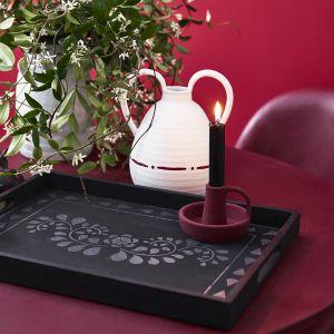 Korzystając z trzyczęściowego szablonu Faux Bone Inlay możemy udekorować orientalnymi wzorami ściany, drzwi, blaty i fronty mebli czy dodatki w domu, ponieważ farba Chalk Paint™ może być z powodzeniem stosowana na większości popularnych materiałów. Fot. Annie Sloan - Faux Bone Inlay - Dining with tray - Walls, table, chair, floor, chest in Primer Red, Burgundy and Athenian - Portrait