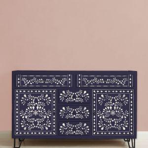 Nowy szablon już wkrótce dostępny u Autoryzowanych Stockistów. Fot. Annie Sloan Faux Bone Inlay Stencil Furniture Oxford Navy and Antoinette Background