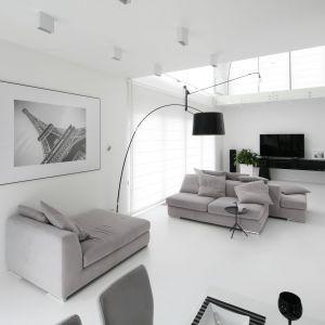 W salonie biały jest nie tylko sufit i ściany, ale także podłoga. Projekt: Ewelina Pik, Maria Biegańska. Fot. Bartosz Jarosz