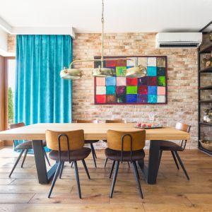 Styl vintage to propozycja wręcz idealna do tego pomieszczenia. Możesz bowiem przemycić go do wnętrza, używając wielu elementów. Nie ograniczaj się do masywnego, drewnianego stołu i stylizowanych krzeseł. Projekt Monika Pniewska. Fot. Pion Poziom