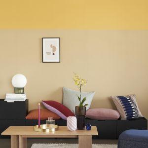 Na ściany salonów powracają kolory, tutaj piękna zgaszona ochrona. Nowy lookbook jesień/zima 2020 marki Hubsch. Fot. Hubsch