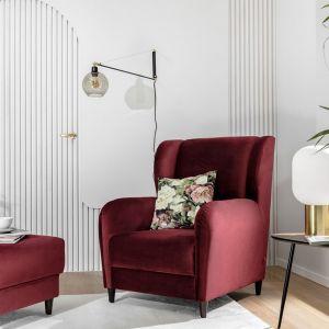 Meble w ciepłych kolorach świetnie się sprawdzą w jesiennym salonie. Zestawiajmy je z bielą ścian, naturalnym drewnem i żywymi roślinami. Fot. BRW