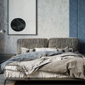 Na ścianie za łóżkiem w sypialni znalazł się beton, uwagę zwraca też błękitna tapicerowana ściana. Projekt i wizualizacje: Agnieszka Rozmysłowicz, Viann Interior Design