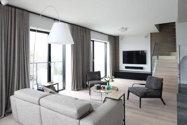 Komfort i wygoda to podstawa dobrze urządzonego salonu. Stonowane kolory i wygodna kanapa z pewnością przysłużą się wypoczynkowi.