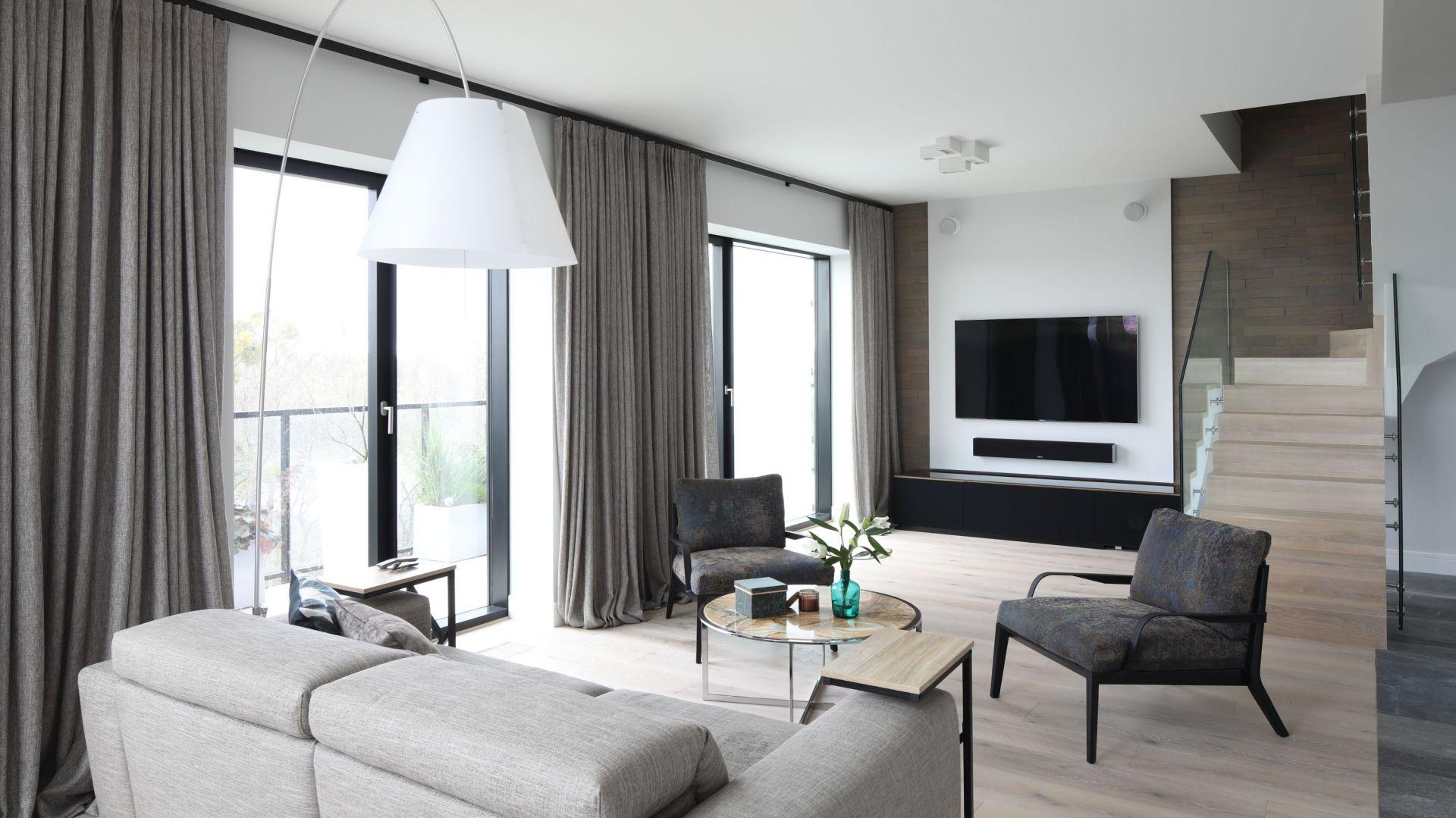 Odpowiednio dobrane meble, zwłaszcza te wypoczynkowe, zwiększa komfort jego użytkowania na co dzień. Projekt Magdalena Lehmann. Fot. Bartosz Jarosz