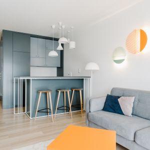 Idealnym sposobem na 'bliższy kontakt' i przytulne wnętrze jest otwarta kuchnia.Projekt  Cechownia. foto Pion Studio
