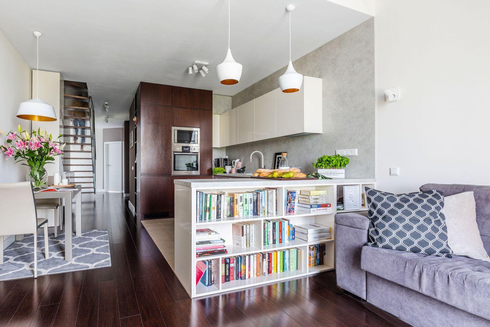 Nawet bardzo małe pomieszczenie kuchenne może wyglądać efektownie, jeżeli dobrze ją urządzimy. Projekt Decoroom. Fot. Pion Poziom