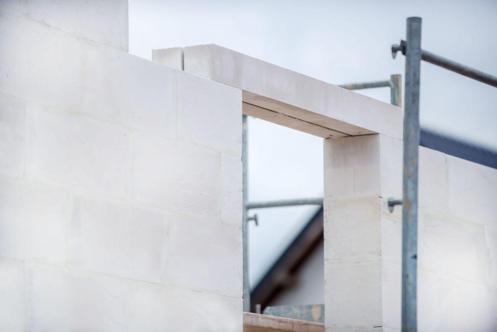 Wykonane ze zbrojonego betonu komórkowego belki nadprożowe H+H cechuje wysoka izolacyjność ciepła (współczynnik przewodzenia ciepła wynosi λ = 0,143 W/(m·K)), dzięki czemu budynek zyskuje na energooszczędności i generuje mniejsze koszty w trakcie użytkowania. Fot. H+H