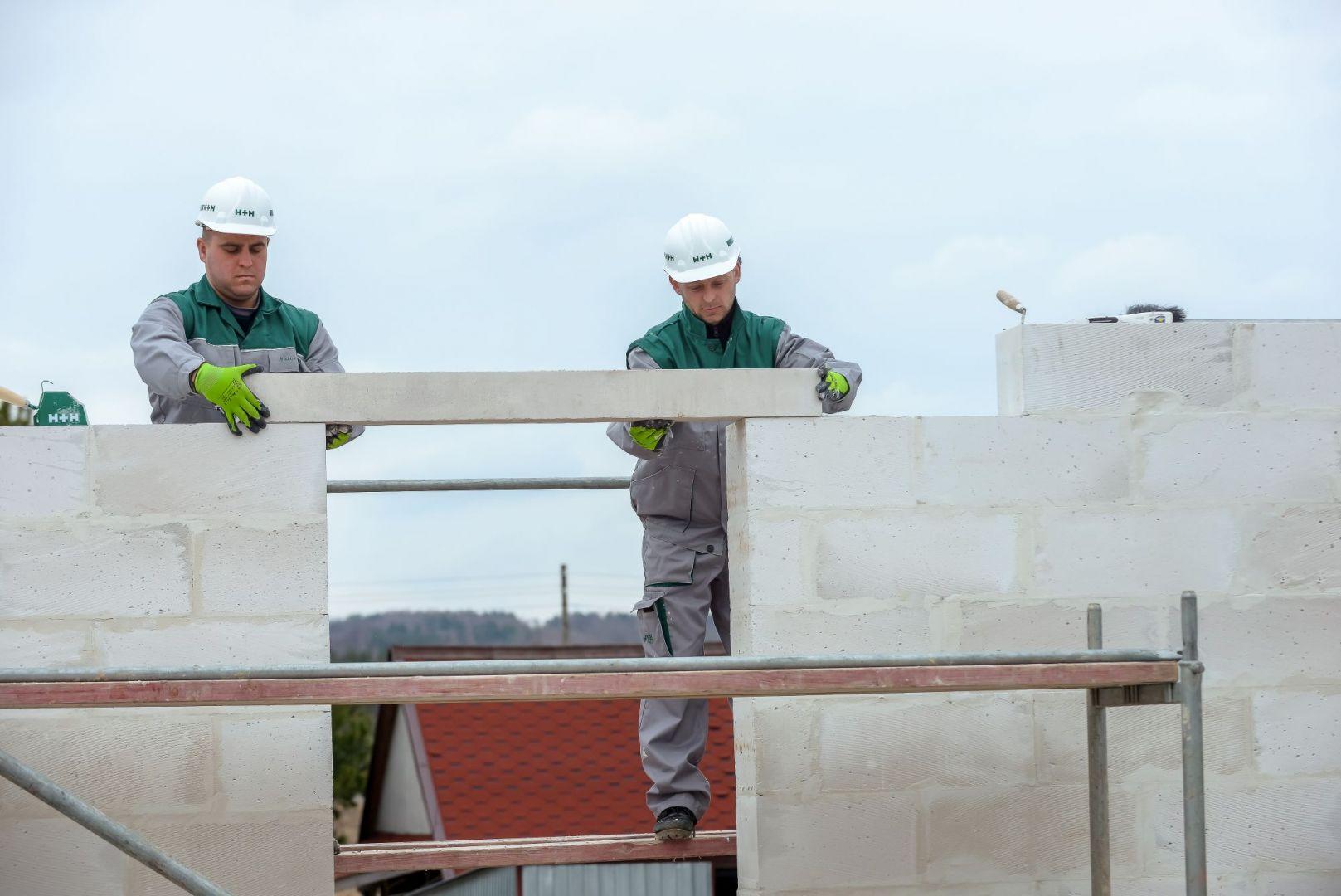 Nadproża stanowią istotny element konstrukcyjny każdego budynku. Ich podstawowym zadaniem jest wzmocnienie konstrukcji ściany w miejscach otworów okiennych bądź drzwiowych. Fot. H+H