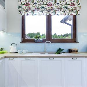 W stylowej kuchni w domu zlewozmywak i bateria pod oknem to już praktycznie standard. Projekt Justyna Mojżyk, poliFORMA. Fot. Monika Filipiuk-Obałek