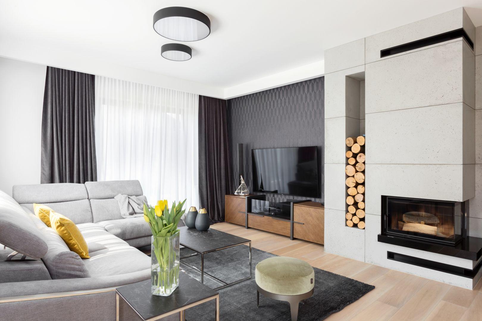 Salon urządzono w chłodnym stylu skandynawskim. Dominuje tu biel połączona z czernią i szarościami, ocieplone naturalnym drewnem. Projekt Katarzyna Maciejewska. Fot. Dekorialove