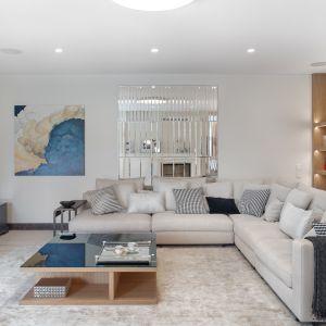 Stefa wypoczynkowa jest zarówno komfortowa, jak i elegancka. Na miękkiej skórzanej kanapie można usiąść w towarzystwie gości, a na co dzień wygodnie odpoczywać i oglądać telewizję. Projekt Katarzyna Kraszewska