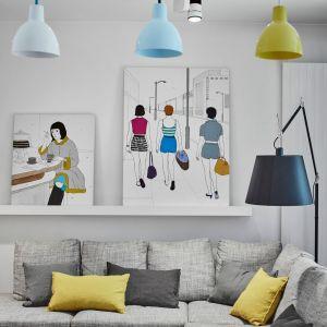 Pastelowe lampy harmonizują z pięknymi obrazami malarki Marty Kochanek-Zbroi. Projekt: Bibianna Stein-Ostaszewska (Bibi Space). Zdjęcia: Olo Studio