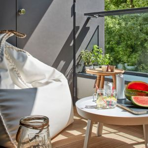 Ważną częścią mieszkania jest piękny taras. Projekt: Bibianna Stein-Ostaszewska (Bibi Space). Zdjęcia: Olo Studio