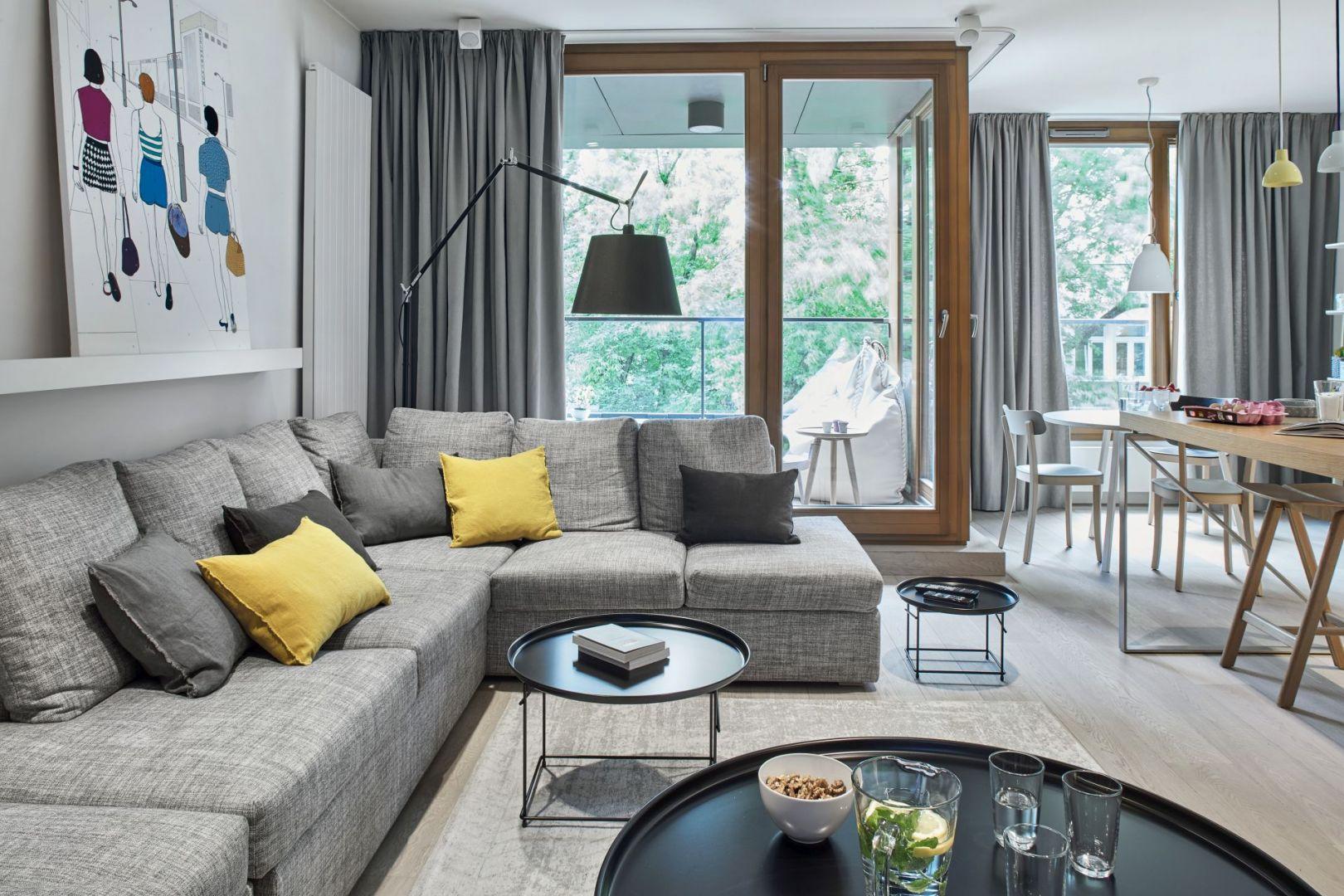 We wnętrzu przeważają odcienie bieli, szarości i jasnego drewna. Projekt: Bibianna Stein-Ostaszewska (Bibi Space). Zdjęcia: Olo Studio