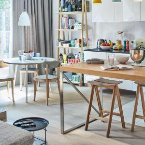 Naturalne, lniane zasłony w salonie podkreślają swobodny, bezpretensjonalny charakter części dziennej. Projekt: Bibianna Stein-Ostaszewska (Bibi Space). Zdjęcia: Olo Studio