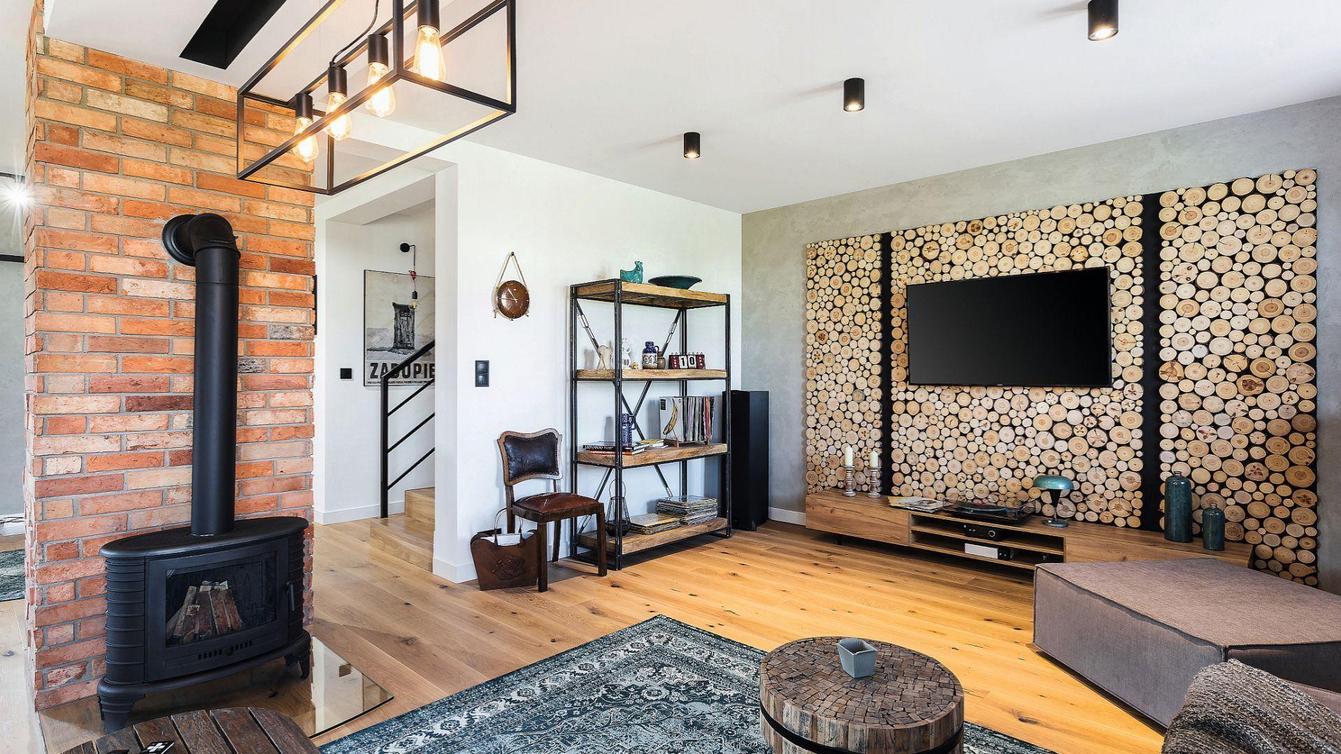 Ścianę za telewizorem zdobi dekoracyjne drewno. Projekt: Agnieszka Hincz. Fot. Michał Młynarczyk