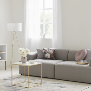 Złote meble i dodatki będą świetnym dopełnieniem minimalistycznych i nowoczesnych przestrzeni. Fot. Westwing