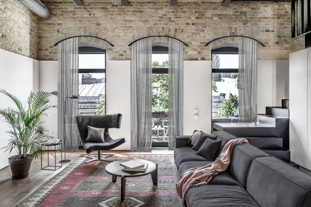 Zasłony czy rolety? Jakie dekoracje wybrać do dużych okien we wnętrzach loftowych? Możliwości jest mnóstwo. Zobaczcie kilka z nich.