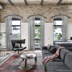 Lofty zdecydowanie nie lubią dekoracyjności, zdobnych form, dlatego taka też powinna być aranżacja okna. Fot. Marcin Dekor