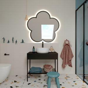 Pomiędzy prysznicem a wanną znajduje się dodatkowa ścianka, która umożliwia zastosowanie drzwi prysznicowych oraz oddziela kabinę do wanny. Projekt i zdjęcia: ATOM Projekty Wnętrz