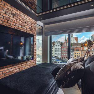 Jedną ścianą w sypialni również zdobi cegła. Projekt: Agnieszka Hajdas-Obajtek. Fot. Wojciech Kic