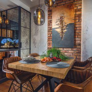 Jadalnia z drewnianym stołem znajduje się tuż przy kuchni. Projekt: Agnieszka Hajdas-Obajtek. Fot. Wojciech Kic
