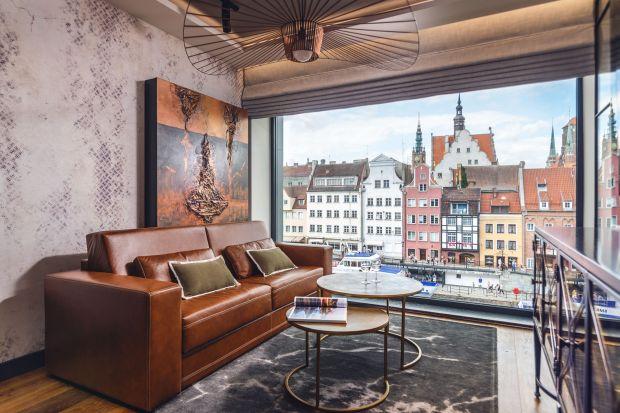 Mieszkanie znajduje się w prestiżowym apartamentowcu zlokalizowanym na Wyspie Spichrzów w Gdańsku – Deo Plaza. Jej niezwykłym atutem jest bliskość starego miasta oraz przepiękny widok na Motławę i kamienice gdańskiej starówki.