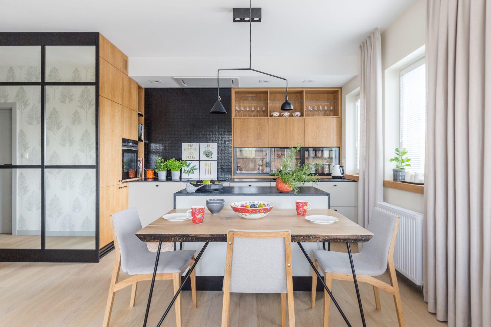 Od kilku lat, dużą popularnością cieszą się otwarte kuchni. Ten trend wnętrzarski jest bardzo wygodny a do tego – prezentuje się świetnie. Projekt Agnieszka Morawiec. fot. Pion Poziom