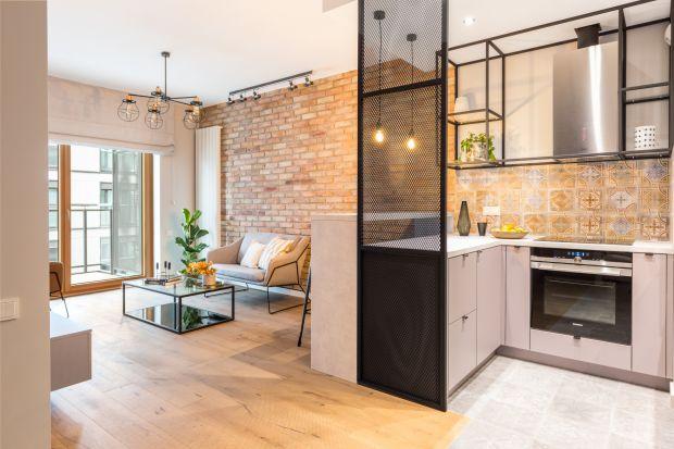 Połączenie kuchni z salonem nie oznacza jednak, że oba pomieszczenia tworzą jedną całość – zazwyczaj są one optycznie rozdzielone. Dziś podsuniemy wam kilka pomysłów na to, jak sprytnie i efektownie oddzielić strefę gotowania od strefy wyp