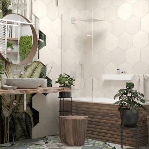 Heksagonalne płytki sąsiaduje w tej łazience z odporną na wilgoć tapetą w botanicznym stylu. Projekt i wizualizacje: Agnieszka Rozmysłowicz, Viann Interior Design