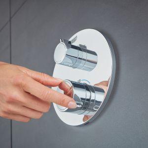 W większości systemów prysznicowych wyposażonych w słuchawkę prysznicową lub deszczownicę została zastosowana technologia EcoJoy ograniczająca przepływ wody do 9,4 litrów na minutę. Można zatem czerpać przyjemność z kąpieli bez obawy o nadmierne zużycie wody. Fot. GROHE Grohtherm