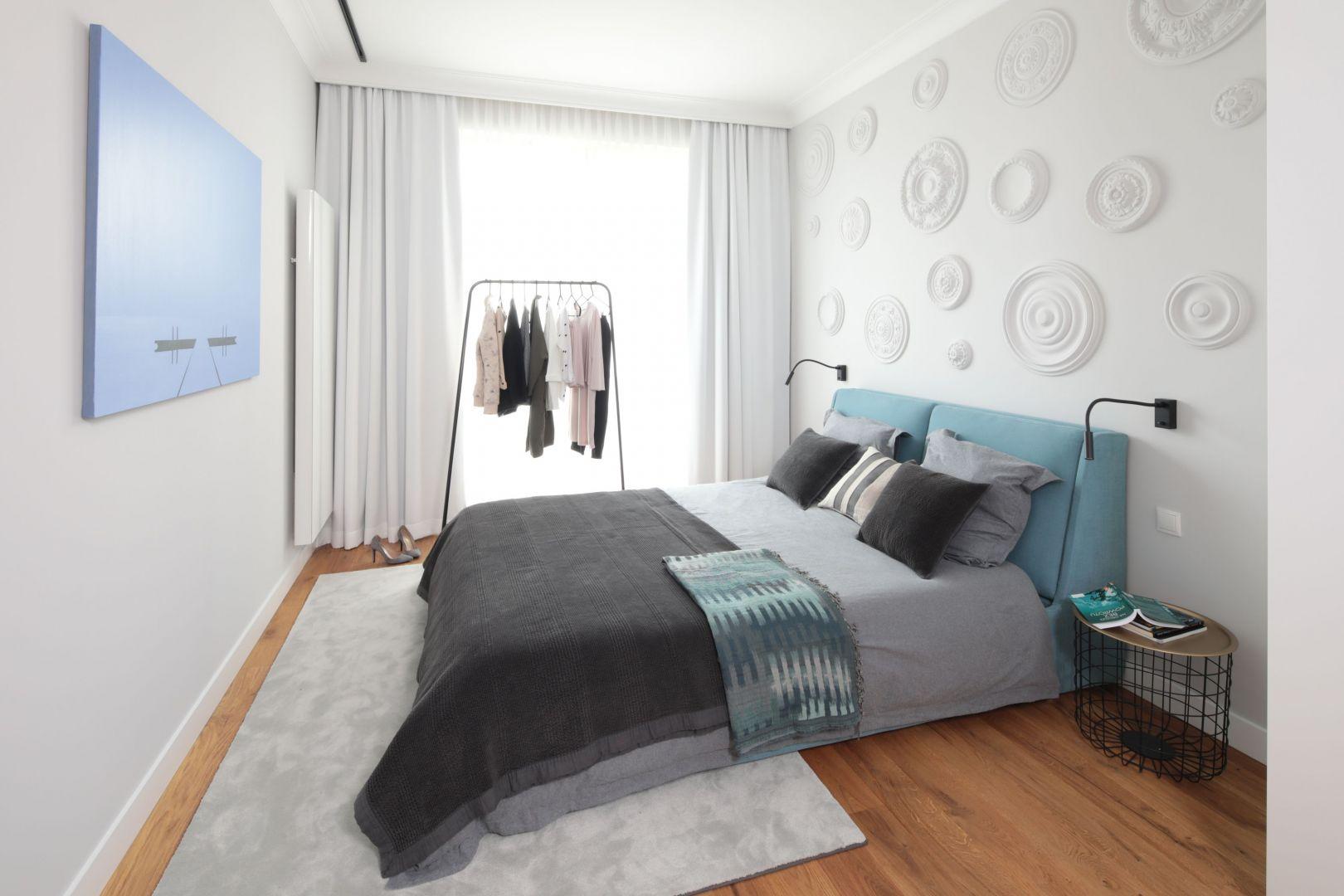 Oryginalne sztukaterie zdobiące ścianę nad łóżkiem są bardzo ładnym elementem dekoracyjnym w sypialni. Projekt: Katarzyna Mikulska-Sękalska. Fot. Bartosz Jarosz