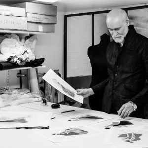 Lars Wallin to czołowy szwedzki projektant mody, znany z ze swoich kreacji w stylu Couture, noszonych przez arystokrację i artystów. Fot. Desenio